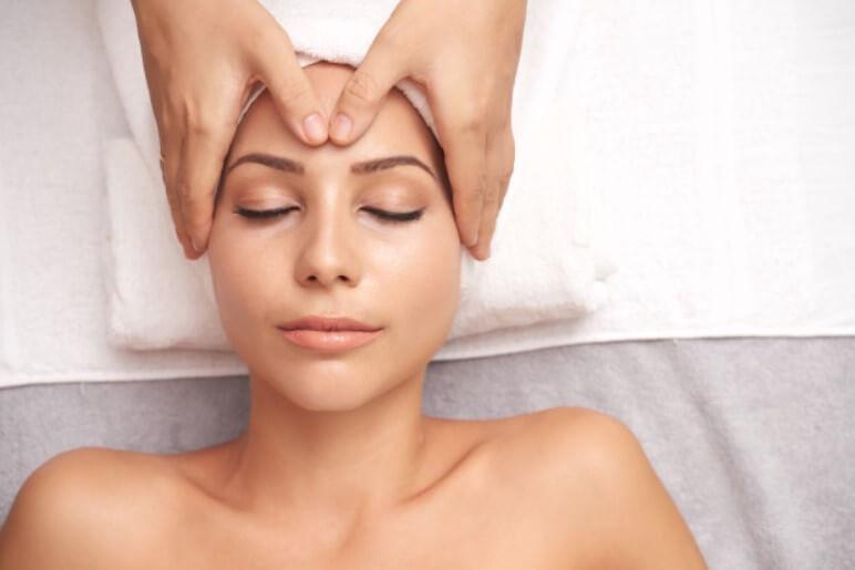 Anti- aging masáž tváre, dekoltu a šije